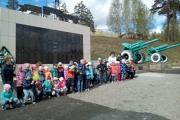 Возложение венка к обелиску воспитанниками детского сада в День Победы